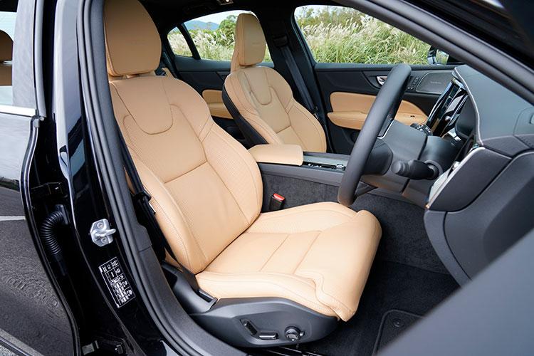 <p>上級モデルの90シリーズと同機能を備えたフロントシートが装着された。マッサージ機能やベンチレーションなどの快適機能も充実。</p>