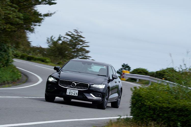 <p>先進の安全・運転支援機能(インテリセーフ)を標準装備。V60から導入された「対向車線対応機能」も備わった。</p>