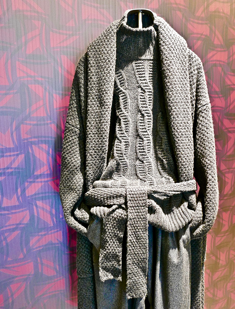 <p><strong>3.  Drumohr monochromatic look / ドルモアのモノクロコーディネート<br /> </strong>Drumohr displayed a wide range of colorfully patterned and textured pieces  at Pitti, but this monochromatic look caught my eye.  It still creates interest by mixing patterns and textures but in a quieter, more sophisticated way.</p> <p><small>ドルモアは、ピッティにて、様々な色と柄、素材のアイテムを発表していましたが、私は、このモノクロのルックが、特に気に入りました。こちらも柄と素材をミックスしていますが、少し控え目で、より洗練された感じがあります。</small></p>