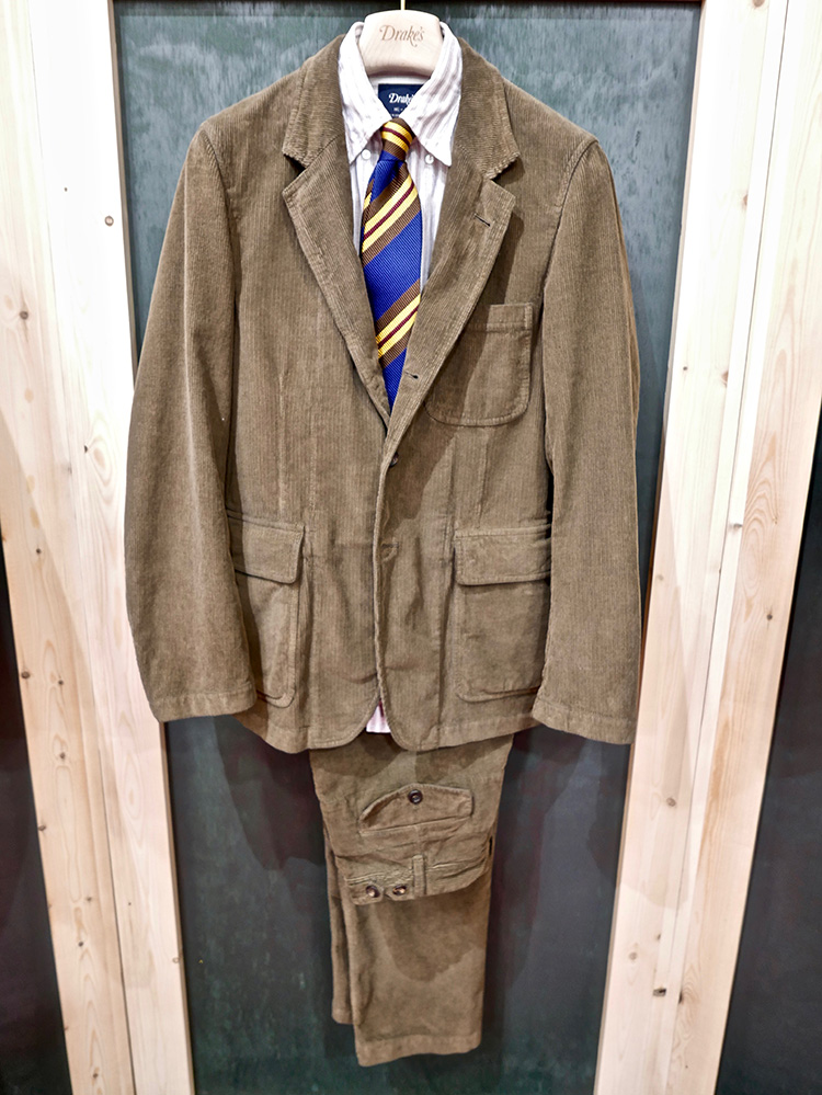 <p><strong>7.  Drake's corduroy suit / ドレイクスのコーデュロイスーツ</strong><br /> A cotton suit is already a bit casual by nature.  Drake's takes it one step further with this unconstructed suit with patch pockets.  The perfect weekend knock about suit.</p> <p><small>コットンのスーツは、その素材からして、すでにカジュアルな雰囲気があります。ドレイクスは、このパッチポケット付きのアンコンストラクテッドのスーツで、さらに一歩、カジュアル化トレンドの先を行きます。週末にぴったりのスーツです。</small></p>