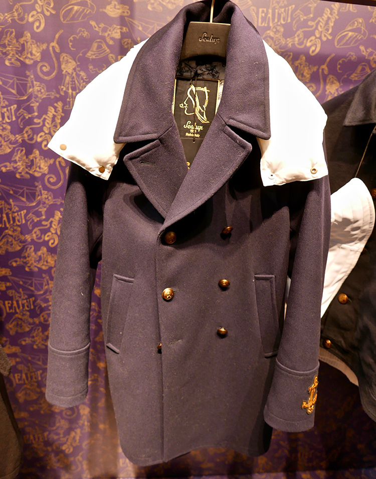 <p><strong>8.  Sealup pea coat / シーラップのピーコート</strong><br /> I'm usually a traditionalist when it comes to classic menswear, but I like this updated peacoat with its anchor detail, naval inspired lining and especially its detachable hood. Whether you're on land or sea, this fun coat will keep you warm.</p> <p><small>クラシックメンズウェアに関しては、私はいつもは伝統主義者なのですが、この変形ピーコートは気に入りました。錨をあしらったディテール、海軍にインスピレーションを受けた裏地、そして特に、取り外し可能なフード。海でも陸でも、この楽しいコートがあれば暖かく過ごせます。</small></p>