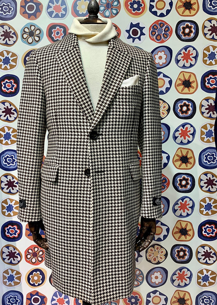 <p><strong>18.  Belvest overcoat / ベルヴェストのオーバーコート</strong><br /> Houndstooth pattern is definitely having a moment.  A gentleman wearing this overcoat by Belvest would cut a rakish figure indeed. In a word-sublime.</p> <p><small>千鳥格子柄は今のトレンドの一つです。ベルヴェストのこのオーバーコートを羽織れば、ラキッシュな印象を与えること間違いなしです。</small></p>