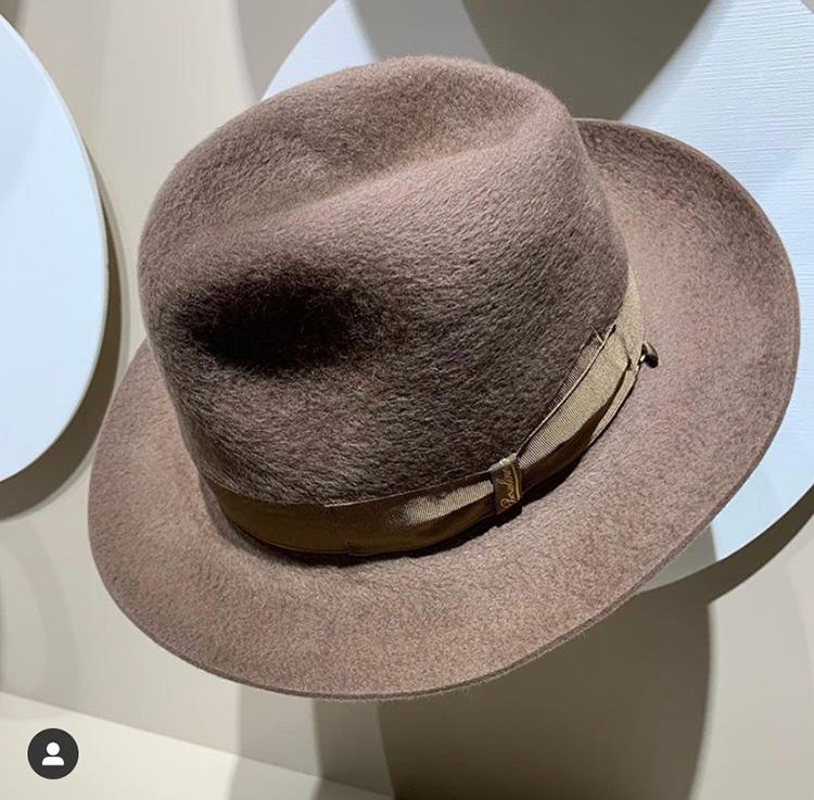 <p><strong>20.  Borsalino hat / ボルサリーノの帽子</strong><br /> Borsalino hats are almost de rigueur at Pitti Uomo.  I like this one for its neutral color, tone and texture.</p> <p><small>ボルサリーノの帽子は、ピッティ・ウオモではほぼ必須のアイテムです。ニュートラルな色、トーン、素材のこのデザインが、私は気に入りました。</small></p>