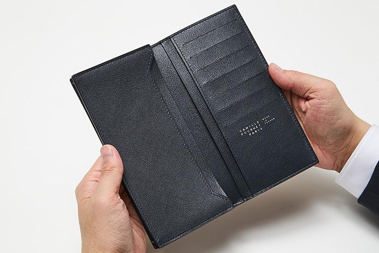 <p>(カミーユ・フォルネ/開けたところ)</p> <p>内側にもこだわり、美しいヴォーリス素材を使用した心地良い肌触り。紙幣などが入るフラットポケット4室のほか、カード室7つを装備。コインケースを別持ちする人にはこれで十分。</p>