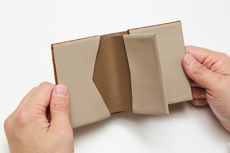 <p>(T.MBH/開けたところ)</p> <p> コイン室はなく、紙幣とカードのみ収納可能なスマート設計。</p>