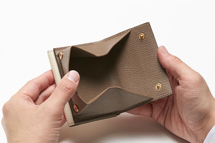 <p>(ラルコバレーノ/開けたところ)</br><br /> 背面にはスナップボタン式のコインポケットが独立して備わる。</p>
