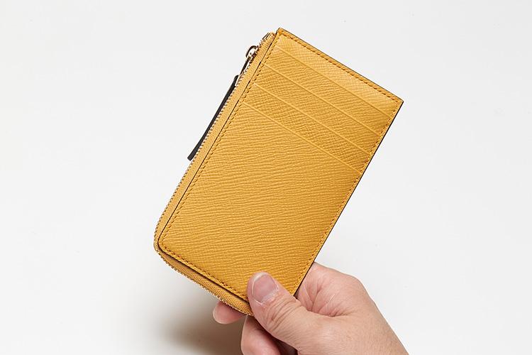 <p>(スマイソン/背面)</br>背面には4枚分のカードポケットを装備。</p>