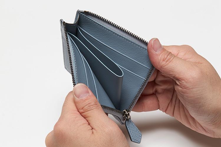 <p>(ボナベンチュラ/開けたところ)</br>両サイド合わせて4枚のカードポケットを装備。真ん中には小銭はお札を収納できる。</p>