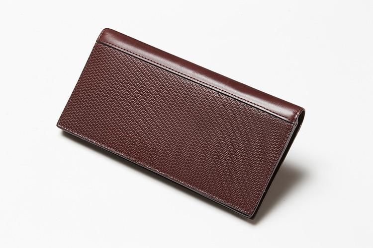 <p><strong>ジョンロブ</strong></p> <p>表面にラスプと呼ばれる、伝統的な模様が型押しされたブラックカーフの長財布。ビスポーク靴を作る際に使用する、木型を削るヤスリに刻まれている模様で、本格靴ブランドならではの意匠でもある。札入れ、ファスナーで開く大きな小銭入れ、カード入れを8つ装備。薄マチ長財布は、上着のポケットにも出っ張らずにスマートに収納できる。内側にスタンプされたジョンロブのロゴは、高い品質とクラフツマンシップの証。縦9×横18×マチ1㎝。10万円(ジョンロブジャパン)</p>