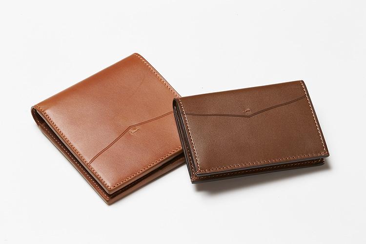 <p><strong>エドワードグリーン</strong></p> <p>エドワードグリーンの靴に使う皮革を使用し製作された財布&カードケースは、ブランドのアイコンブーツ、「ギャルウェイ」のサイドパネルに用いられているV字のカッティングが外装のアクセントになる。靴の意匠でもある閂留めのステッチも施されており、靴と共に身につけて経年変化を楽しみたい逸品に。内装にも施されたV字の切り込みは、カードを出し入れしやすい機能美も兼ね備えている。二つ折り財布、縦10×横11×マチ1.5㎝。5万7000円。明るいブラウンのカードケースは、エイジングで深まる色合いの変化も楽しめる。縦7×横10.5×マチ1.5cm。3万8000円(以上エドワード グリーン 銀座店)</p>