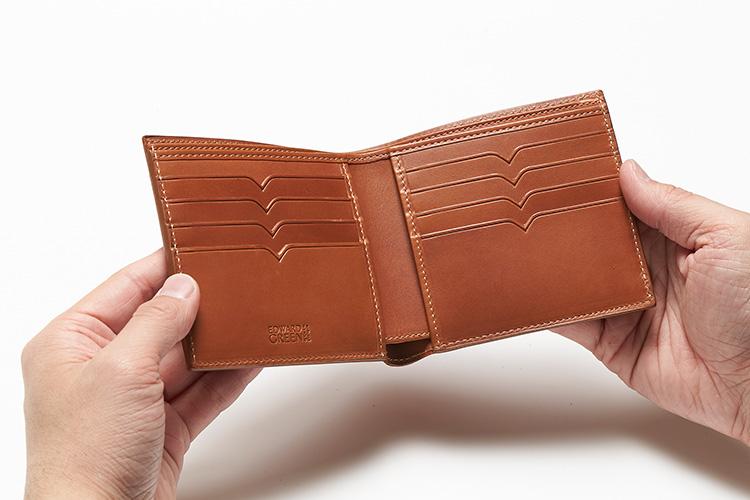 <p>(エドワードグリーン/開けたところ)</br>二つ折り財布には、片側に4つ、合計8つのV字切り込みのカードポケットが備わる。</p>