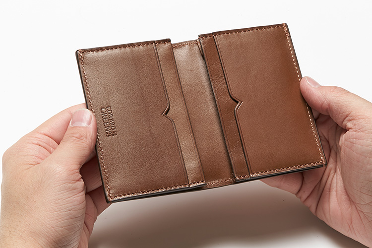 <p>(エドワードグリーン/開けたところ)</br>カードケースにもV字切り込みのカードポケットが。</p>