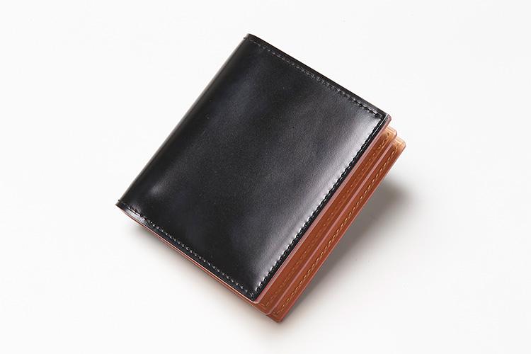 <p><strong>ガンゾ</strong></p> <p>手間のかかる水染めを施し、オイルフィニッシュで仕上げたコードバンに、ソフトなヌメ革で切り替えたコンパクト財布。手のひらで収まるサイズ感は、クラッチバッグなど、小型鞄にも収納可能だ。縦9×横10×マチ2㎝。4万5000円(阪急メンズ東京)</p>
