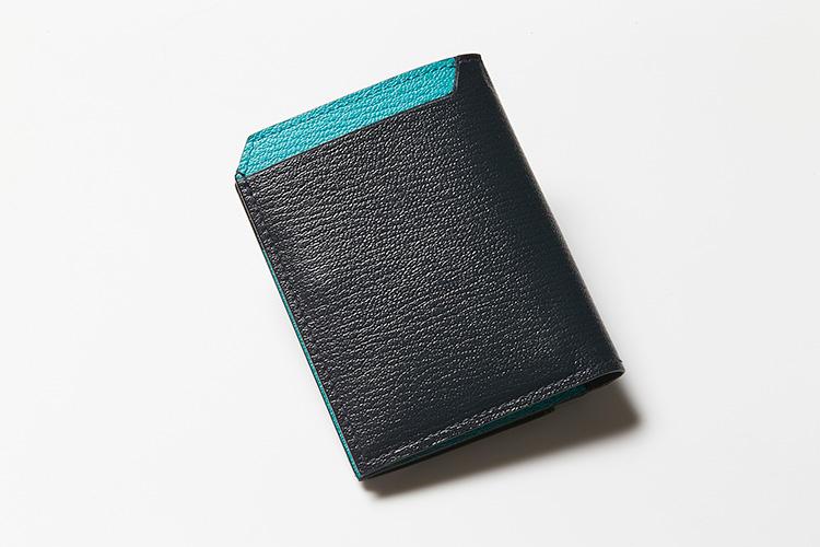 <p><strong>ラルコバレーノ</strong></p> <p>フランス産の上質なゴートレザーを贅沢に使用したオールレザー仕上げ。ネイビーの外装に、内側をクールなブルーで切り替えた2つ折りウォレット。部分使いで使用されている爽やかなブルーは、春先に思わず手に取ってしまいたくなるカラーコンビネーションだ。縦9×横11×マチ2㎝。2万7000円(阪急メンズ東京)</p>