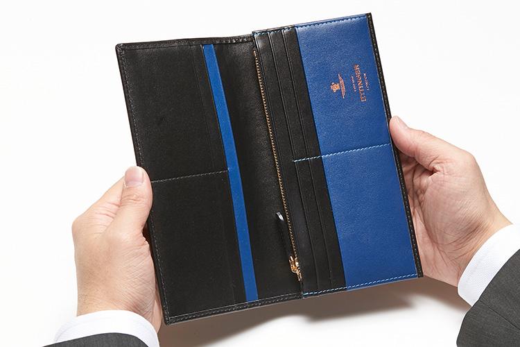 <p>(エッティンガー/開けたところ)</p> <p>この薄さにして、見た目以上の収納力! 英国らしいロイヤルブルーが、財布を開くたび上質でクラス感のある紳士を演出してくれる。</p>