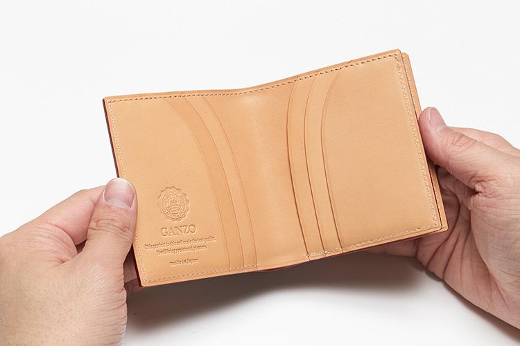 <p>(ガンゾ/開けたところ)</p> <p>お札とカード6枚の収納が可能。</p>
