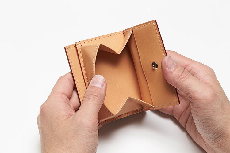 <p>(ガンゾ/開けたところ)</p> <p>さらに、札室とは独立したボックス型の小銭入れも、便利で使いやすい。</p>