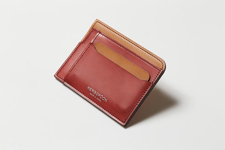 <p><strong>エルゴポック</strong></p> <p>しなやかな質感のベジタンレザーを使用したスマート財布。フロントとサイドには、重ねのデザインを利用したスリットポケットが5つ装備する。正面のカードスリット3つに、普段使いするカードを、サイドのL字開口のスリットには紙幣を収納できる。小銭は背面のファスナーポケットに収納でき、片マチ仕様にすることでスムーズな出し入れを実現する。ファスナーを閉じるとマチは綺麗に折りたたまれるので、膨らみを抑えたフラットなシルエットに。表裏で切り替えたカラーが適度な洒落感を生む。縦8.5×横11.5㎝。1万7000円(キヨモト  NC事業部)</p>