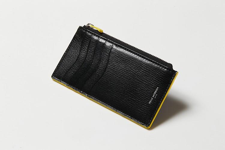 <p><strong>ペッレ モルビダ</strong></p> <p>すっきりとしたフォルムに、バイカラーの洒落感ある仕上がりがアクセントになったミニウォレット。ファスナー式の小銭を入れの他に、カードを5枚収納できる。マチのないスリムサイズとなっているので、長財布に入れてカード類の仕分け用としても便利。単色でありながら濃淡を感じる、きめ細かく美しい型押しレザーは、手触り滑らかで、キズが目立ちにくいのも魅力だ。縦14×横7.5×マチ0.5㎝。1万7000円(ペッレ モルビダ 銀座)</p>