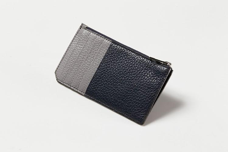 <p><strong>フルラ</strong></p> <p>ダークブルー×ライトグレーの配色が上品な大人の印象。きめ細かいシュリンクレザーの質感も手に良く馴染み、美しい見た目ながらも耐久性にも優れているのが特徴だ。片マチ付きのファスナーポケットには、お札や小銭を収納。クレジットカードポケットが両面で7つ備わる。イタリアブランドの上質なレザー製財布で1万円台という価格帯も見逃せない。縦7×横13×マチ1㎝。1万6000円(フルラ ジャパン)</p>