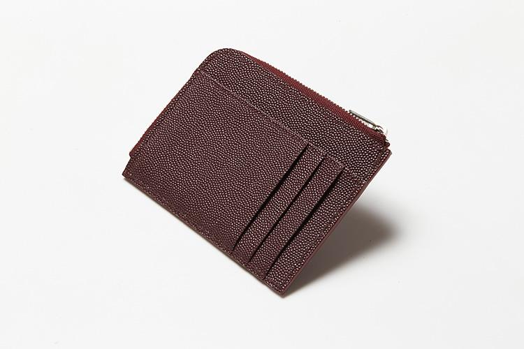 <p>(ポーター/背面)</p> <p>背面にはカードポケットが3つとオープンポケットが1つ、メイン室の内装は笹マチ付き。</p>