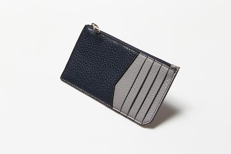 <p>(フルラ/背面)</p> <p>背面もライトグレーとブルーの配色に。表と同じようにカードポケットが5つ備わる。</p>