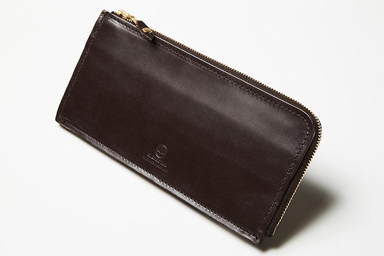 <p><strong>グレンロイヤル</strong><br /> 使うほど美しく経年変化する、ブライドルレザーで仕立てたL字型ジップの長財布。片マチ仕様のため、薄型ながらも中身が見やすく出し入れもしやすい。約縦9.2×横19.5×マチ1cm。3万9000円(ブリティッシュメイド 銀座店)</p>