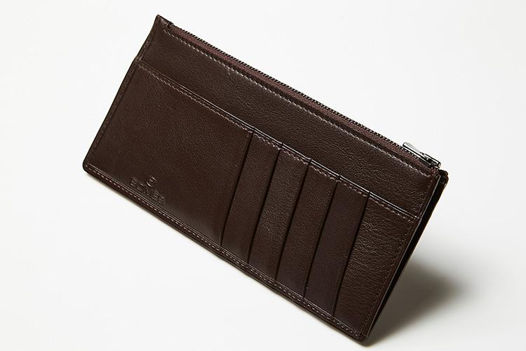 <p><strong>ソメスサドル</strong><br />ジャケットの胸ポケットにもするり。カーフスキンの薄型スリムウォレットは、外装にポケットが備わるデザインが合理的。お求めやすい価格ながら、縁のへり返しやコーナー部分の菊寄せなどの職人技も駆使され、丈夫で長く愛用できる。縦8.8×横18.5cm。2万円(ソメスサドル銀座店)</p>