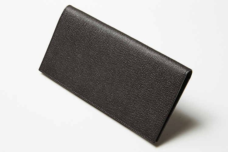 <p><strong>ファーロ</strong><br />仕立ての良さに定評のあるファーロ。ポケットの数を絞り、膨らみを抑えることで、圧倒的な薄さを実現。長財布の嵩張るイメージを一新した。縦9×横19×マチ1cm。3万8000円(ユニオンゲートグループ)</p>