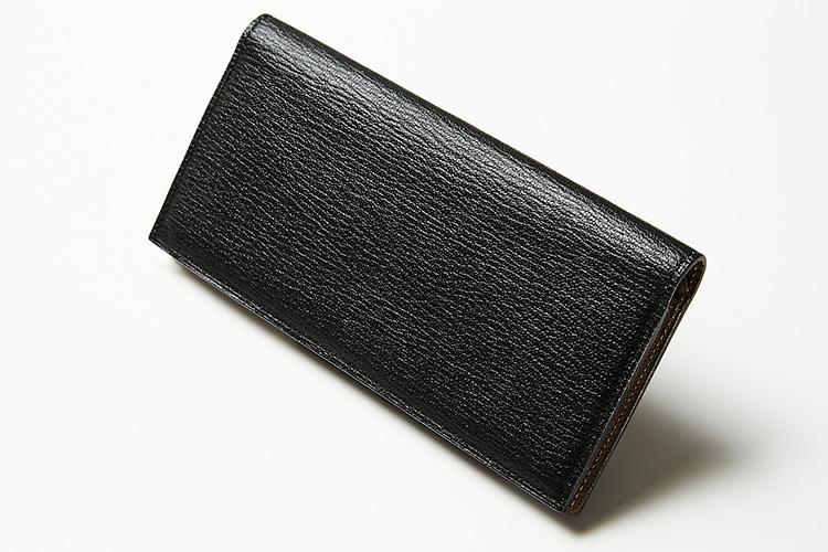 <p><strong>ラルコバレーノ</strong><br />ブランドの代名詞である、仏アルラン社のゴートレザーを採用。この革は繊維が細かく、優れた耐久性と上品な見た目を両立。傷が目立ちにくい利点もある。外装はブラック、内装はグレーという配色の妙も愛着がわく。縦9.5×横19×マチ1.7cm。3万9000円(エンメ)</p>
