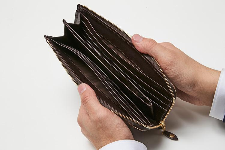 <p>(グレンロイヤル/開けたところ)<br /> コイン・紙幣・カード・領収書などをバランスよく収納可能。コイン室はオープンポケットでアクセス容易だ。</p>