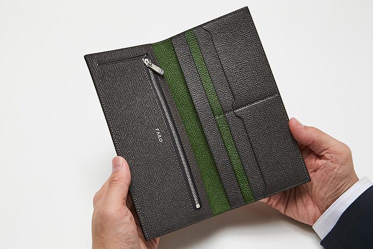 <p>(ファーロ・開けたところ)<br /> コイン・紙幣・カード用のポケットを美しく配置。グレー×グリーンの配色もエレガントだ。</p>