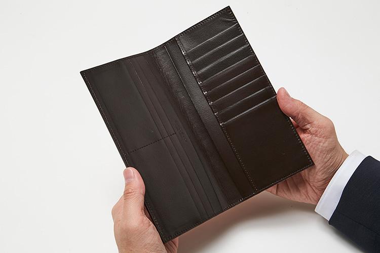 <p>(ジ・ウォームスクラフツ マニュファクチャー・開けたところ)<br /> マチなしながら、14ものカード室を装備。紙幣や領収書を分けて収納出来たりと、機能的に申し分なし。</p>