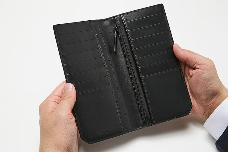 <p>(ジミー チュウ・開けたところ)<br /> 14のカード室、コイン用のジッパー付きポケット、紙幣用ポケットのほか、レシートなどの小物を収納できるポケット2つを装備。</p>