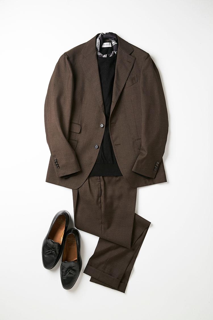 <p>黒×ブラウンは近年のトレンド。シンプルな色合わせだが、モードな印象も醸し出せる。首元が寂しい場合にはスカーフを一捻りして巻くと効果的。スーツとニットが無地なだけに、首元にさりげなく柄を持ってくることで、アクセントとなり、全体に洒落感が増す。スーツはモヘア混でシャリ感のある生地だが、ハイゲージのニットを合わせることで、全体に上品さが加わる。<br /> <small>ニット2万8000円/ジョン スメドレー、スカーフ1万8000円/ジエレ、靴7万9000円/クロケット&ジョーンズ(以上ビームス 六本木ヒルズ)</small></p>