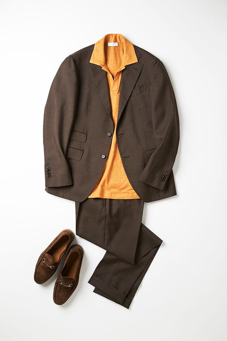 <p>インナーのオレンジが効いている暖色系のコーデ。カジュアルなスタイルゆえ、足元もビットローファーで抜け感を。最近は、春夏でもスエード素材を合わせることが一般的に。このポロシャツのように襟が大きく台襟がない場合は、襟をあえてジャケットの外に出して、イタリア的クラシックなムードを漂わすのも手だ。<br /> <small>ポロシャツ2万6000円/グランサッソ、靴3万4000円/イルモカシーノ(以上ビームス 六本木ヒルズ)</small></p>