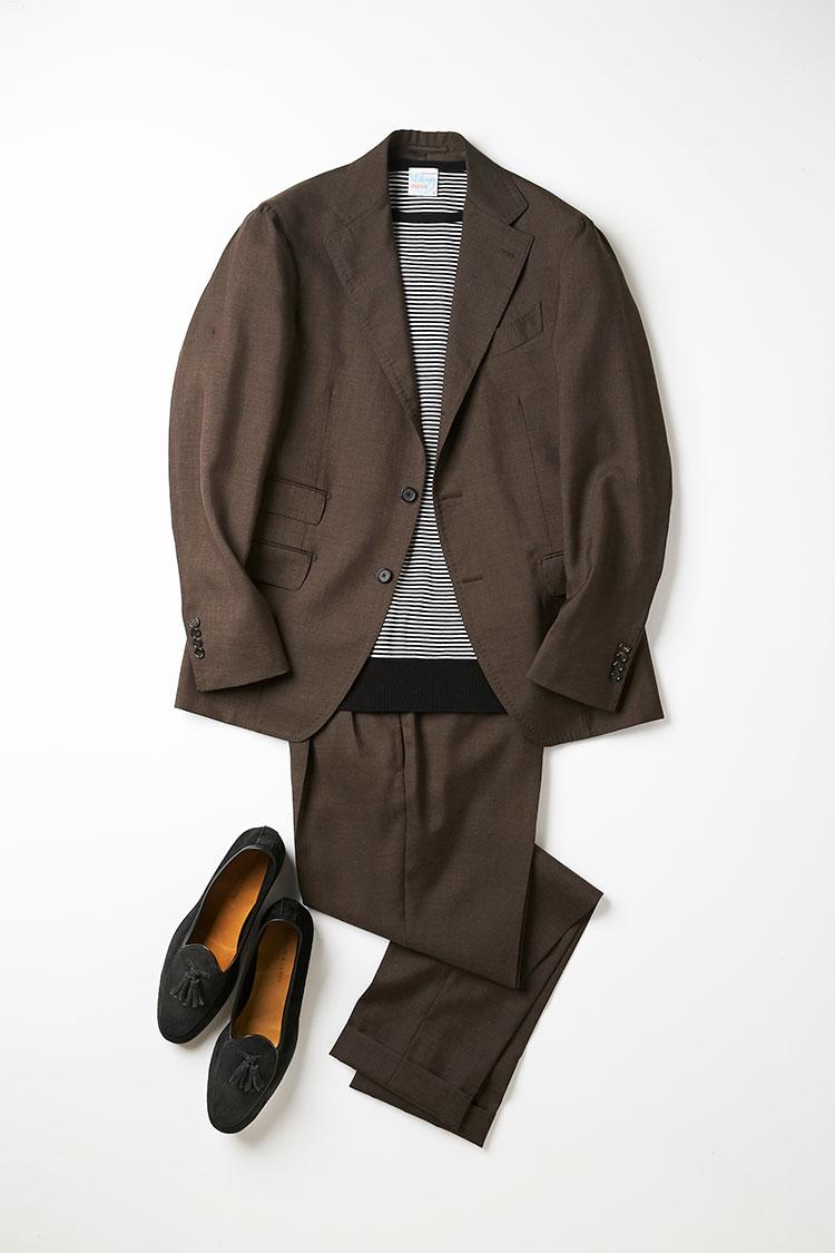 <p>こちらも、黒×ブラウンの色合わせでストイックでモードな印象を醸し出している。ボーダーニットを合わせることで、よりカジュアルに、さらにフレンチアイビーの雰囲気も漂わせる。ざらっとした質感の生地のスーツゆえに、こうしたカジュアルな着こなしにも違和感なく合わせることができる。ボーダーのピッチが狭ければ、無地感覚で着られるので、エントリーにはオススメ。<br /> <small>ニット1万5000円/ルトロワ、靴7万6000円/ボードイン アンド ランジ(以上ビームス 六本木ヒルズ)</small></p>