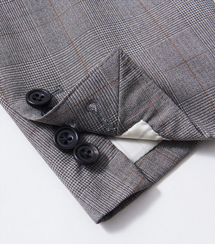 <p><strong>袖はもちろん本開き&本切羽</strong></p> <p>本格スーツの代名詞的ディテールのひとつ。袖のボタンを実際に留め外しできる意匠だ。イタリアの洒落者はあえて袖ボタンを外して、高級仕立てであることをアピールすることも多い。</p>