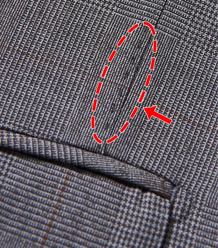 <p><strong>随所に手縫い風ステッチが</strong></p> <p>身頃やラペル、肩線などの縫合部は、AMFステッチと呼ばれる特殊なステッチで仕上げている。ごらんのように手縫い風の温もりある雰囲気に仕上がるのが特徴だ。</p>