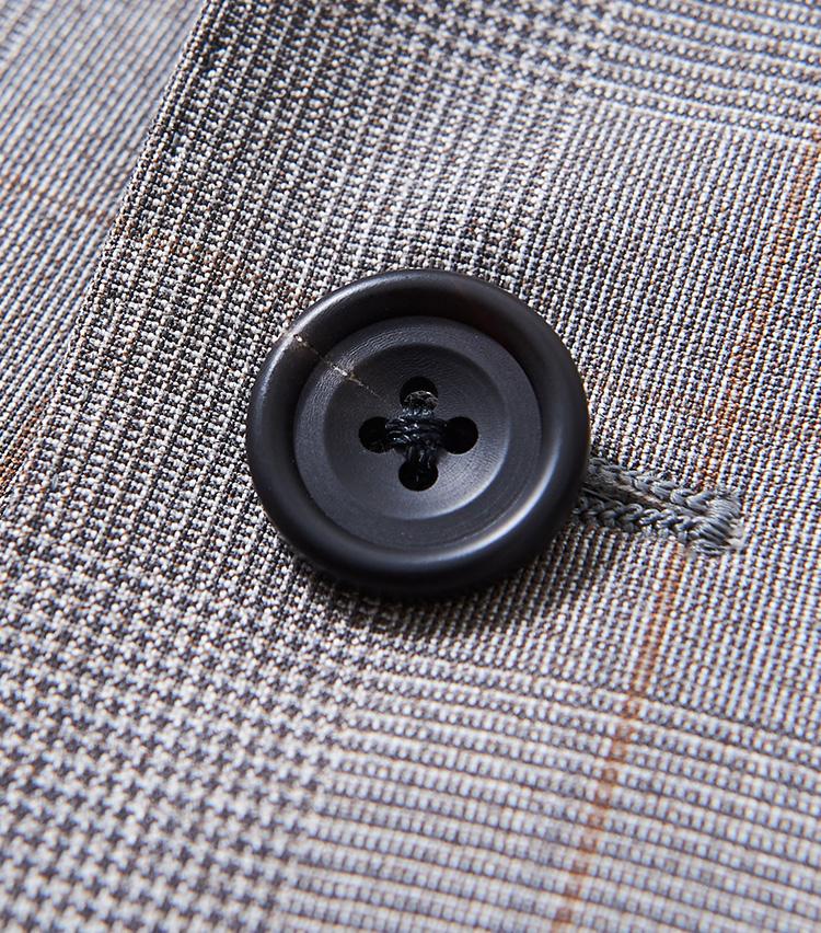 <p><strong>ボタン素材も本格派</strong></p> <p>プラスチックではなく、水牛の角から削り出した高級ボタンを使用。小さいパーツだが意外と目立ち、スーツの高級感を後押ししてくれる。</p>