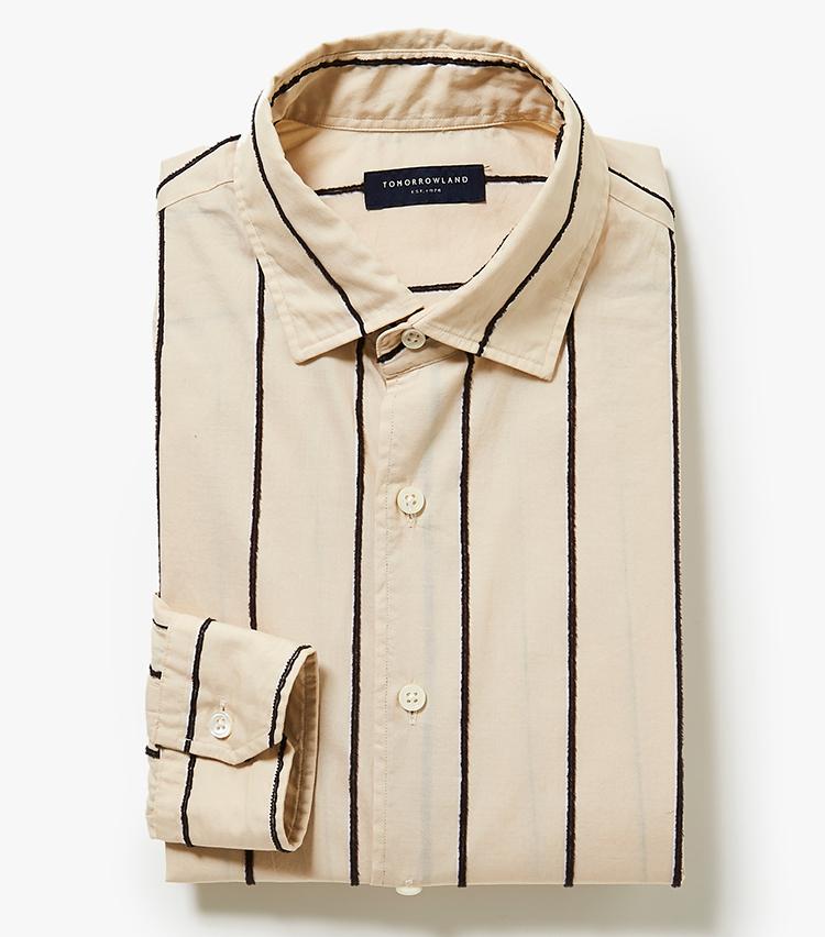 <p><strong>7.トゥモローランドのベージュストライプシャツ</strong><br /> ストライプ部分が立体的に起毛したシャツは、いつもと一味違うコーディネートを作ることが可能。裾は外に出しても決まるデザインで、カジュアルスタイルにも応用できる。1万8000円(トゥモローランド)  </p>