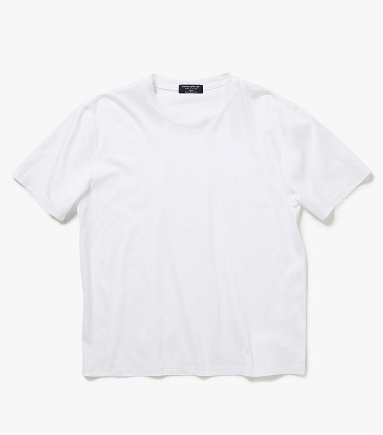 <p><strong>14.トゥモローランド ピルグリムの白カットソー</strong><br /> イタリアの高級綿糸、フィーロ・ディ・スコッツィアを採用。価格に見合った滑らかな肌触りや上品な光沢は、大人の品格に相応しい。毛羽立ちがしにくく、きれいなまま長く着られる点もお得感がある。1万8000円(トゥモローランド)  </p>