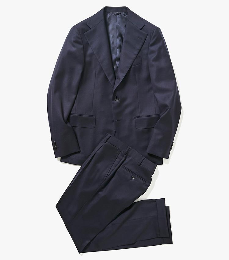 <p><strong>1.ベルヴェストのネイビースーツ</strong><br /> 世界中のエグゼクティブに愛されるスーツファクトリー。要所をハンドメイドで仕立てたスーツは、着心地やわらか。美しいシルエットも着る人も引き立ててくれる。ロロ・ピアーナ社の撥水性加工生地、レインシステム採用で、水やホコリ、汚れにも強い。29万6000円(バーニーズ ニューヨーク カスタマーセンター︎)</p>