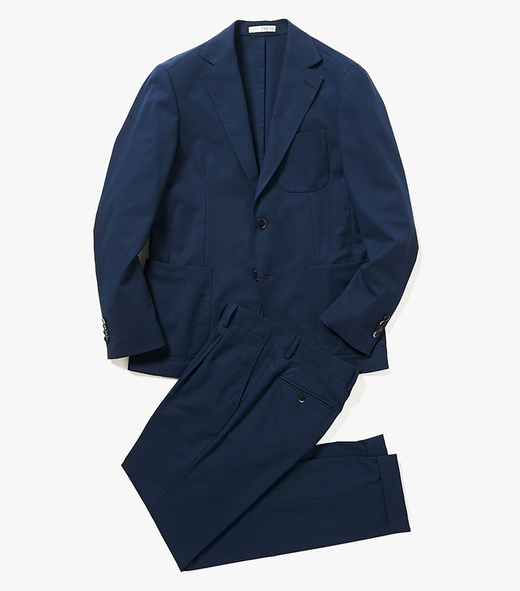 <p><strong>2.0909のネイビースーツ</strong><br /> 色は1のスーツに比べて淡色。ゼロナインゼロナインと読むこのブランドは、素材、ディテール、仕立てのバランスがとれているイタリアの注目ファクトリーブランド。一見ベーシックなネイビースーツにも、市場のニーズを見越したトレンド感がしっかり織り込まれている。コストパフォーマンスの高さも魅力的だ。10万5000円(バーニーズ ニューヨーク カスタマーセンター︎)</p>