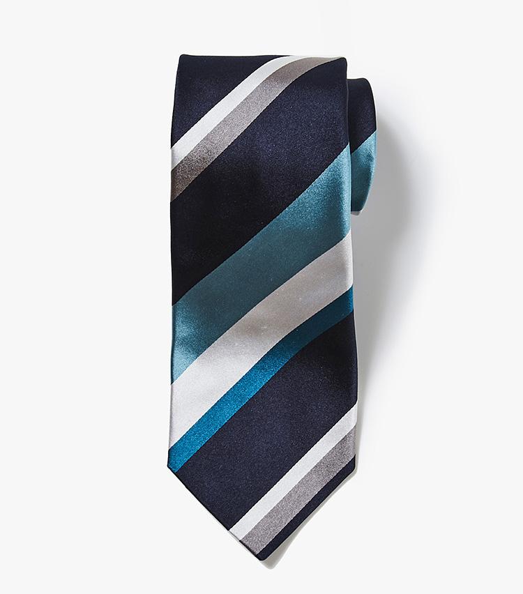 <p><strong>11.バーニーズ ニューヨークのネイビーストライプネクタイ</strong><br /> 同店のオリジナルネクタイは、国内屈指のファクトリーでハンドメイドしている高品質。こちらは10のネクタイよりも白場が多いシルクサテン素材を使用。1万2000円(バーニーズ ニューヨーク カスタマーセンター︎)</p>