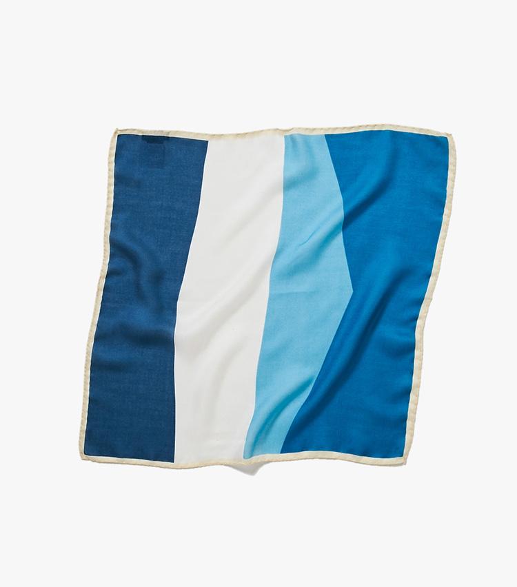 <p><strong>13.バーニーズ ニューヨークのブルーチーフ</strong><br /> 一枚で数枚分の働きをする、4色使いのグラデーションチーフ。モダール×シルクのしっとり艷やかな風合いや、イタリア製ならではの発色もお得感がある。42×42cm。6000円(バーニーズ ニューヨーク カスタマーセンター︎)</p>