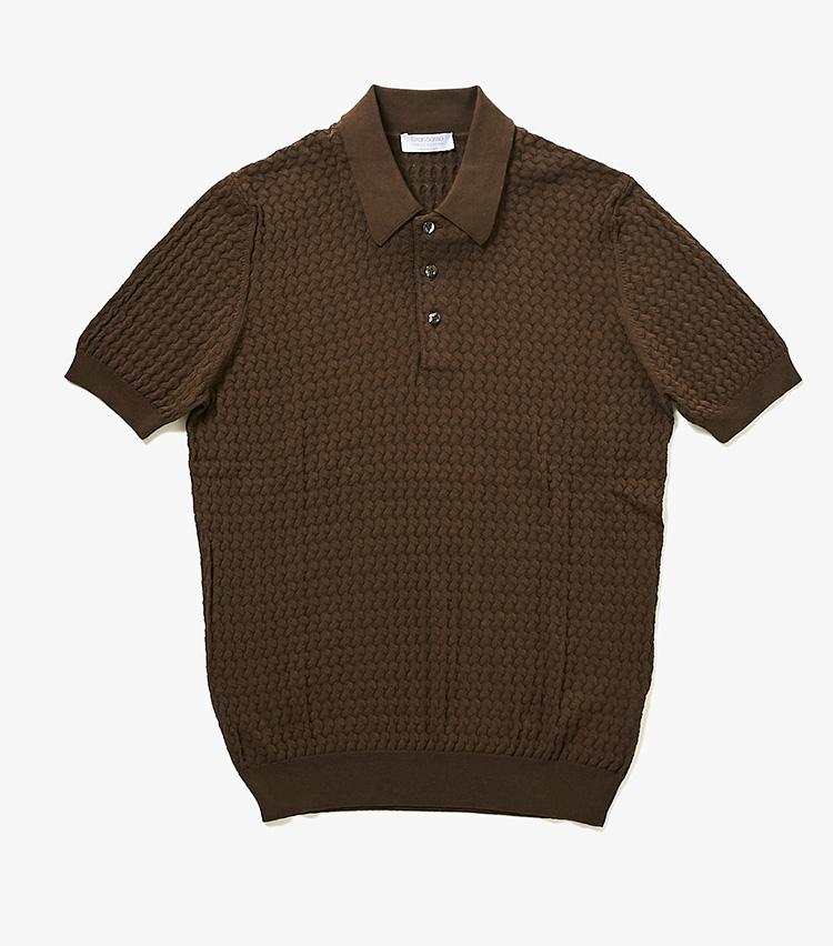 <p><strong>16.グランサッソのニットポロシャツ</strong><br /> イタリアでトップクラスの工場を擁する、高品質なニットブランド。ニットポロは今季の注目株だが、こちらのものは凝った模様編みで一工夫が施され、単体で着用しても様になる。3万2000円(バーニーズ ニューヨーク カスタマーセンター︎)</p>