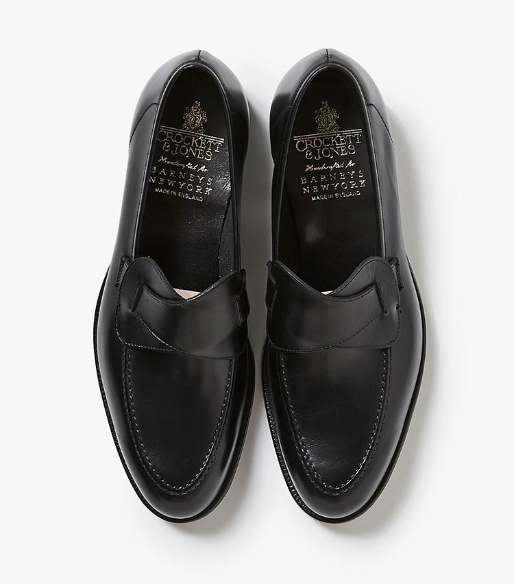 <p><strong>22.クロケット&ジョーンズのバタフライシューズ</strong><br /> 靴産業が盛んな英国ノーサンプトンを代表する、シューズブランドの一つ。同店限定の「セルビー」を、アンライニング仕様で日本人の踵にもフィットするように別注。蝶が羽を広げたようなデザインのローファーは、ビジネススタイルの外しとしても有効。8万円(バーニーズ ニューヨーク カスタマーセンター︎)</p>