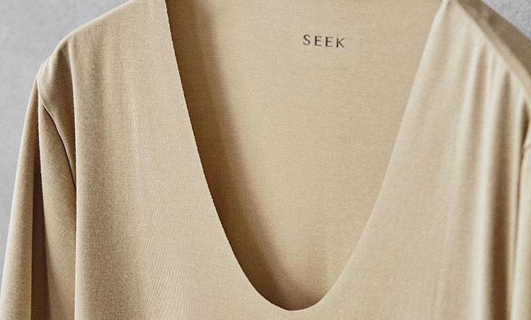 """<p><strong>シャツの胸元から覗かない""""深Uネック""""</strong><br /> 襟ぐりは一般的なUネックよりも深めに設定しているため、シャツのボタンを開けても下着が覗かない。手持ちのどんなシャツにも、安心して合わせることができる。</p>"""