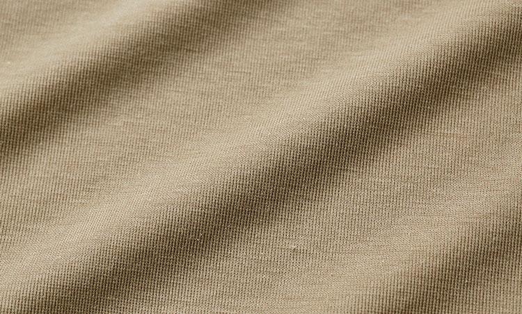 <p><strong>編み目の数まで検査したメイド・イン・ジャパンの精巧な生地</strong></p> <p>カットオフしてもほつれにくい特別な編み地は、厳しい自主基準に基づき編み目の数まで検査される。魂のメイド・イン・ジャパンだ。</p>